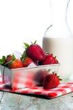 Frische Erdbeeren und Creme Stockfotografie