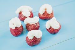 Frische Erdbeeren und gepeitschte Sahne stockfotografie