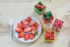 Frische Erdbeeren und Geschenkbox Lizenzfreies Stockbild