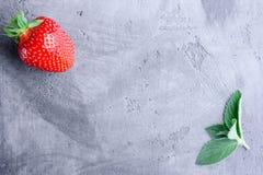Frische Erdbeeren und Minze Stockfotos