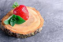 Frische Erdbeeren und Minze Lizenzfreies Stockbild