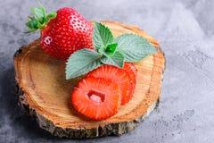 Frische Erdbeeren und Minze Stockfotografie