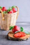 Frische Erdbeeren und Minze Stockbild