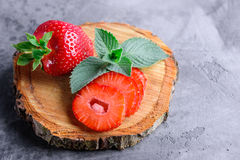 Frische Erdbeeren und Minze Lizenzfreies Stockfoto