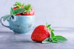 Frische Erdbeeren und Minze Lizenzfreie Stockfotografie
