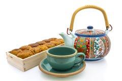 Frische Erdbeeren und Tee auf Porzellanporzellantellern Lizenzfreie Stockbilder