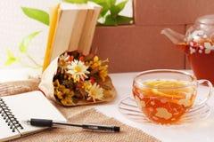 Frische Erdbeeren und Tee auf Porzellanporzellantellern Lizenzfreie Stockfotografie