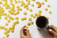 Frische Erdbeeren und Tee auf Porzellanporzellantellern Lizenzfreies Stockbild