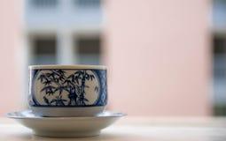 Frische Erdbeeren und Tee auf Porzellanporzellantellern Stockbild