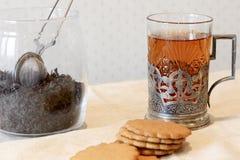 Frische Erdbeeren und Tee auf Porzellanporzellantellern Lizenzfreies Stockfoto