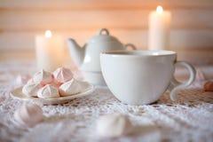 Frische Erdbeeren und Tee auf Porzellanporzellantellern Essen Sie mit heißem Tee zu Mittag und nähren Sie weißes und rosa Mrz des Lizenzfreies Stockfoto