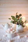 Frische Erdbeeren und Tee auf Porzellanporzellantellern Essen Sie mit heißem Tee zu Mittag und nähren Sie weißes und rosa Mrz des Stockfotografie