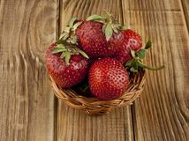 Frische Erdbeerfrucht auf einem Holztisch Lizenzfreies Stockfoto