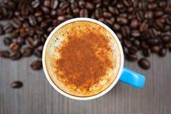 Frische Espressoschale mit Zimt, Ansicht von oben Stockfotos