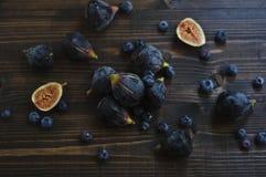 Frische Feigen und Blaubeeren auf dem Holztisch Lizenzfreies Stockfoto