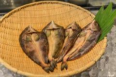 Frische Fische auf Bambuskorb stockfotografie