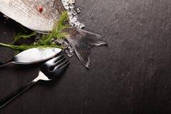 Frische Fische auf Eis mit Tischbesteck Lizenzfreie Stockfotos