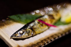 Frische Fische des japanischen Grills mit Zitronenmakro Lizenzfreie Stockfotos
