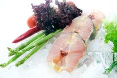 Frische Fische geschnitten auf dem weißen Hintergrund verziert stockfotografie