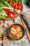 Frische Fische und Gemüse für eine gesunde Suppe Stockfoto