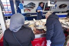 Frische Fische und Kunden auf dem Markt von Utrecht in Holland Lizenzfreies Stockbild
