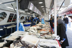 Frische Fische und Kunden auf dem Markt von Utrecht in Holland Stockfotografie