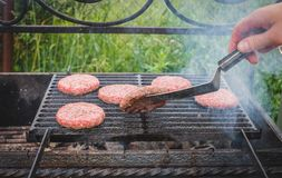 Frische Fleischklöschen grillten draußen auf einem Gasgrill Lizenzfreie Stockfotos