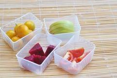 Frische Früchte auf dem Kasten Lizenzfreie Stockfotos