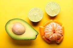 Frische Früchte auf gelbem Hintergrund Lizenzfreies Stockfoto