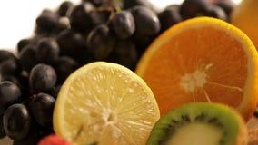 Frische Früchte auf Küchentisch stock video footage