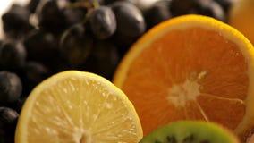 Frische Früchte auf Küchentisch stock footage