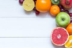 Frische Früchte auf Rahmenhintergrund der hölzernen Bretter stockbilder