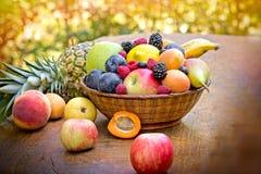 Frische Früchte auf Tabelle lizenzfreie stockbilder