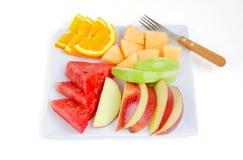 Frische Früchte in der Platte auf weißem Hintergrund Stockfotos