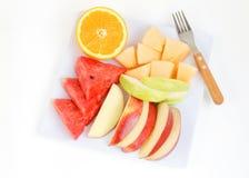 Frische Früchte in der Platte auf weißem Hintergrund Stockfoto