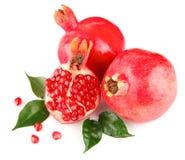 Frische Früchte des Granatapfels mit grünen Blättern Lizenzfreies Stockfoto