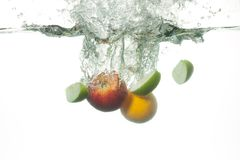 Frische Früchte, die in Wasser fallen Stockbild