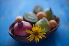 Frische Früchte in einem hölzernen Teller Stockfotografie