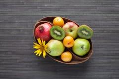 Frische Früchte in einem hölzernen Teller Stockfoto