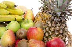Frische Früchte in einem Korb Stockbilder