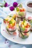 Frische Früchte entspringen Rolls für das Sommer-Essen stockfotografie