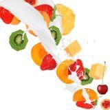 Frische Früchte im Milchspritzen stockbild