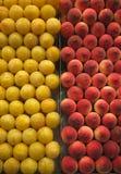 Frische Früchte am Markt Lizenzfreie Stockbilder