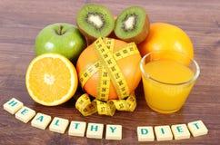 Frische Früchte, Saft und Maßband, gesunde Lebensstile und Nahrung Stockfotografie