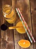 Frische Früchte und Glas auf dem Tisch Lizenzfreies Stockbild