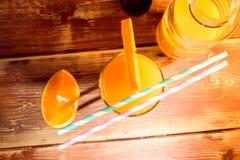 Frische Früchte und Glas auf dem Tisch Lizenzfreie Stockbilder