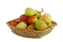 Frische Früchte in verwobenem Korb Lizenzfreie Stockfotografie