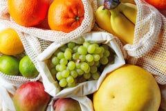 Frische Früchte vom Markt in den Baumwolltaschen, von oben stockfotos