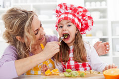 Frische Früchte zu essen ist gesund Lizenzfreie Stockfotos