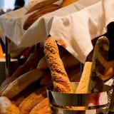 Frische französische Stangenbrote mit Getreide in einem silbernen Eimer auf dem Ba lizenzfreies stockfoto